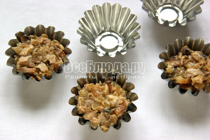 выложить грибной жульен в формочки
