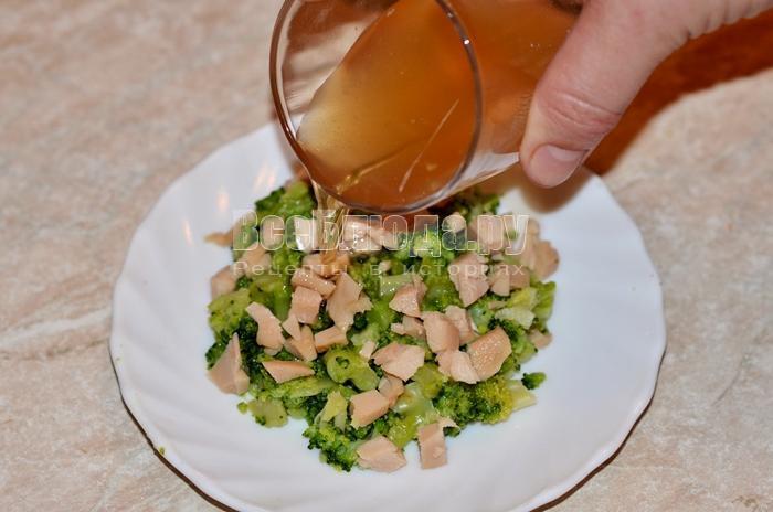 полейте салат маслом