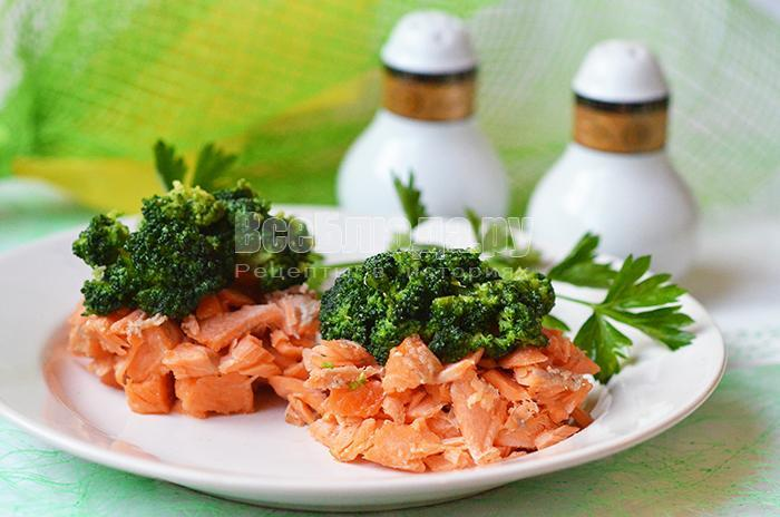 Диетический салат с форелью и брокколи