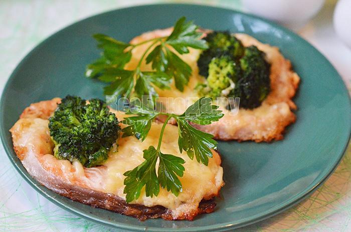 рецепт форели запеченной с брокколи, сыром и луком