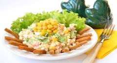 Салат Хрустяшка - крабовые палочки, сухарики, кукуруза, яйца