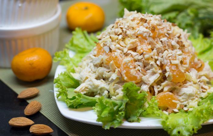 Салат - куриная грудка, сыр, мандарины, орешки