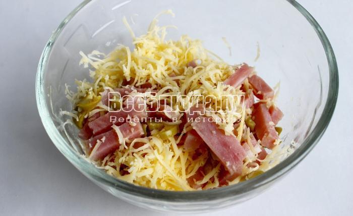 смешать сыр, оливки, ветчину