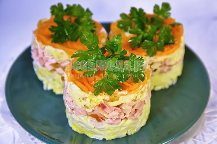салат из копченого сыра, курицы и морковки