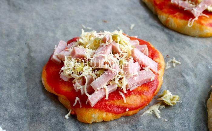 выложить начинку сверху на маленькие пиццы