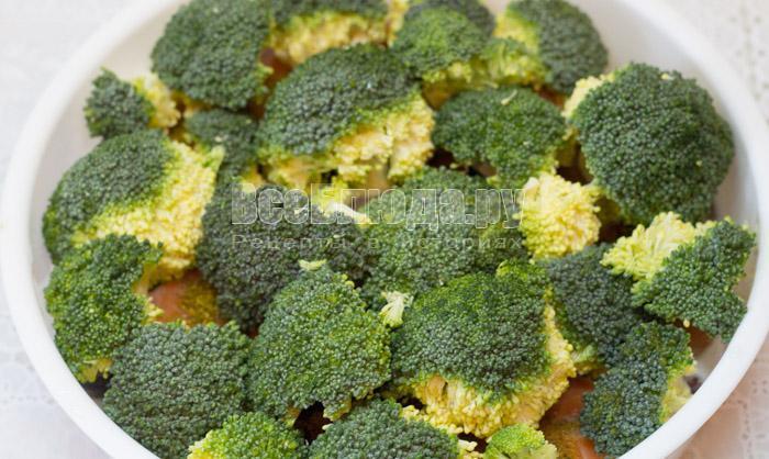 выложить брокколи на семгу