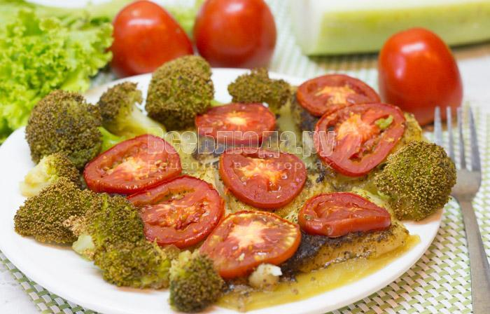 Пангасиус с кабачками, помидорами и брокколи