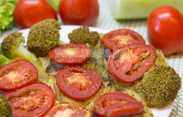 запеченный пангасиус с помидорами, кабачками и брокколи