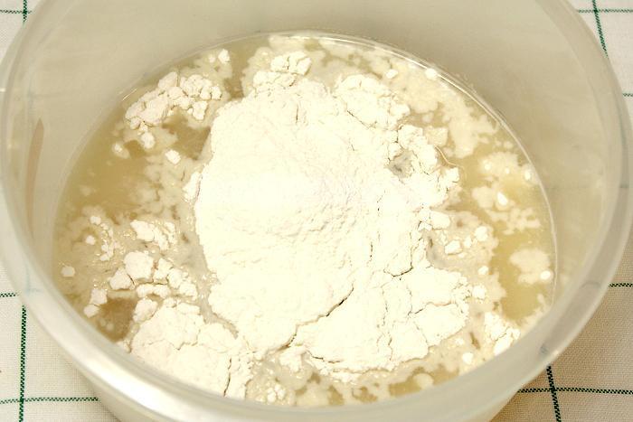 В сыворотку добавили дрожжи, соль, сахар и муку