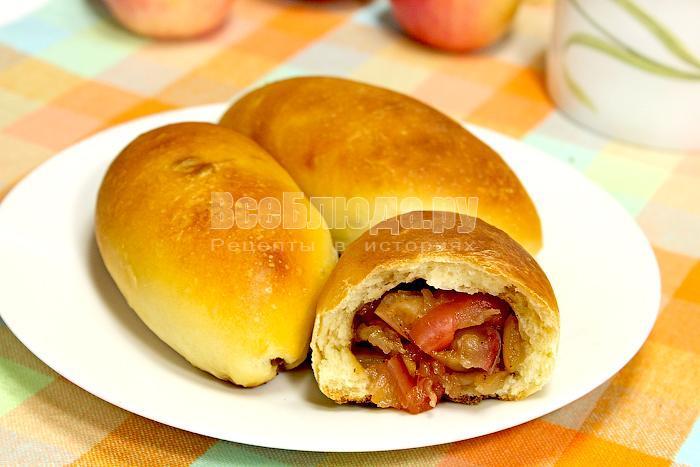 Пирожок с начинкой из яблок
