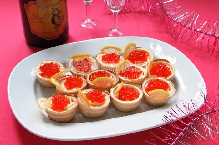 закуска с красной икрой в тарталетках готова