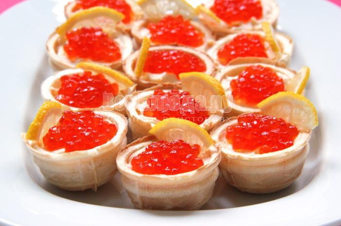 закуска с красной икрой и сыром