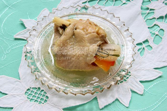 порция готового блюда - овощей в куриных шкурках