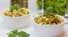 Салат - мидии, пекинская капуста, горошек, яйца