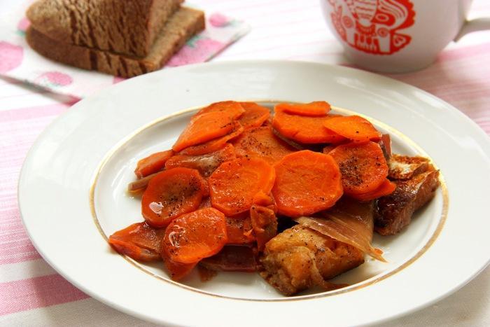 Хек, тушеный с овощами (свекла, лук, морковка)