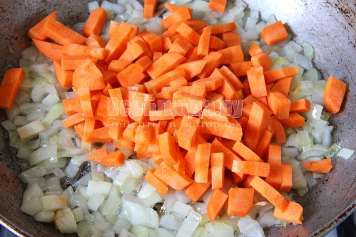 обжариваю лук и морковь