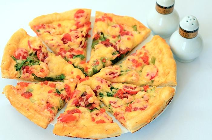 Пицца с креветками и икрой