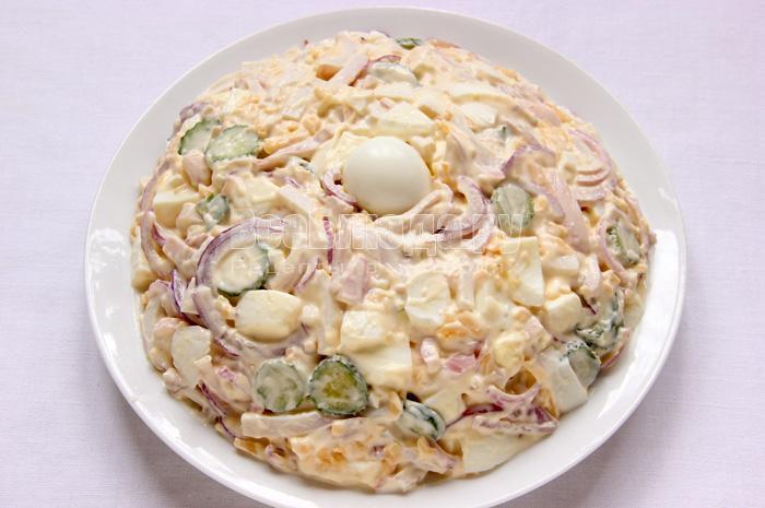 Салат Жемчужина (красная икра, кальмары, яйца, сыр, огурец, лук, майонез)
