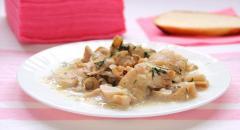 Второе блюдо с подливкой: совместно сваренные курица, грибы, картошка