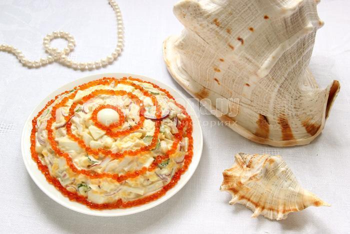 вкусный салат морская жемчужина с кальмарами и красной икрой
