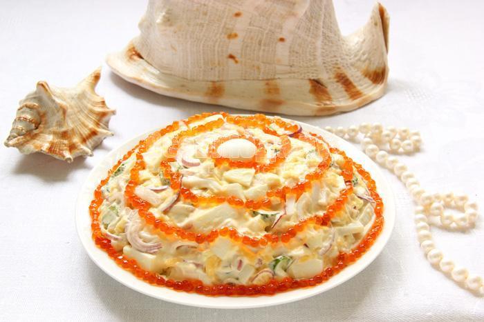 салат с кальмарами и красной икрой - морская жемчужина
