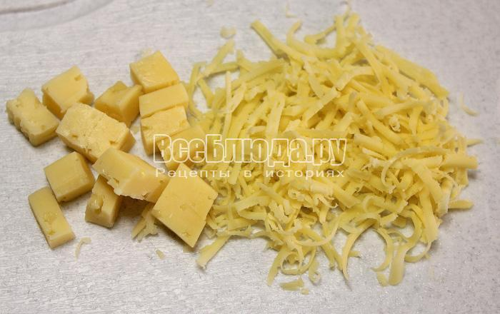 порезать сыр на кубики и натереть на терке