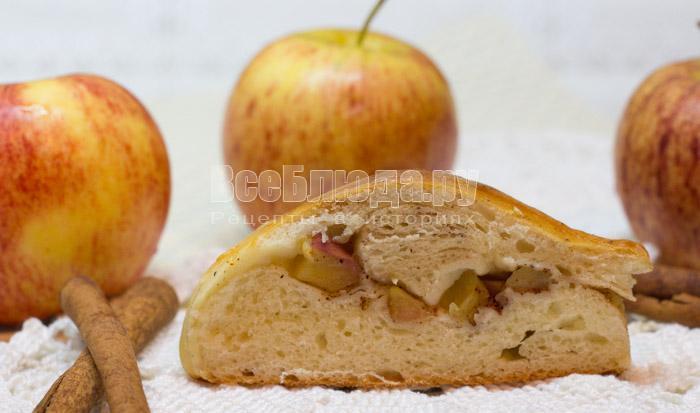 булка с яблоками в разрезе