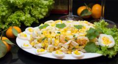 Салат с кальмарами, яйцами, мандаринами, кукурузой