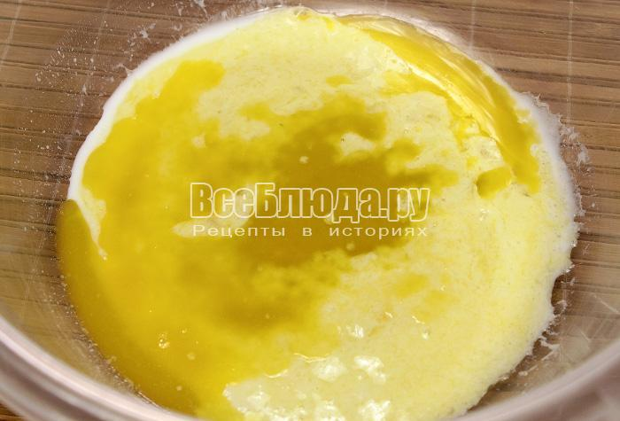 растопить масло и влить в яичную смесь